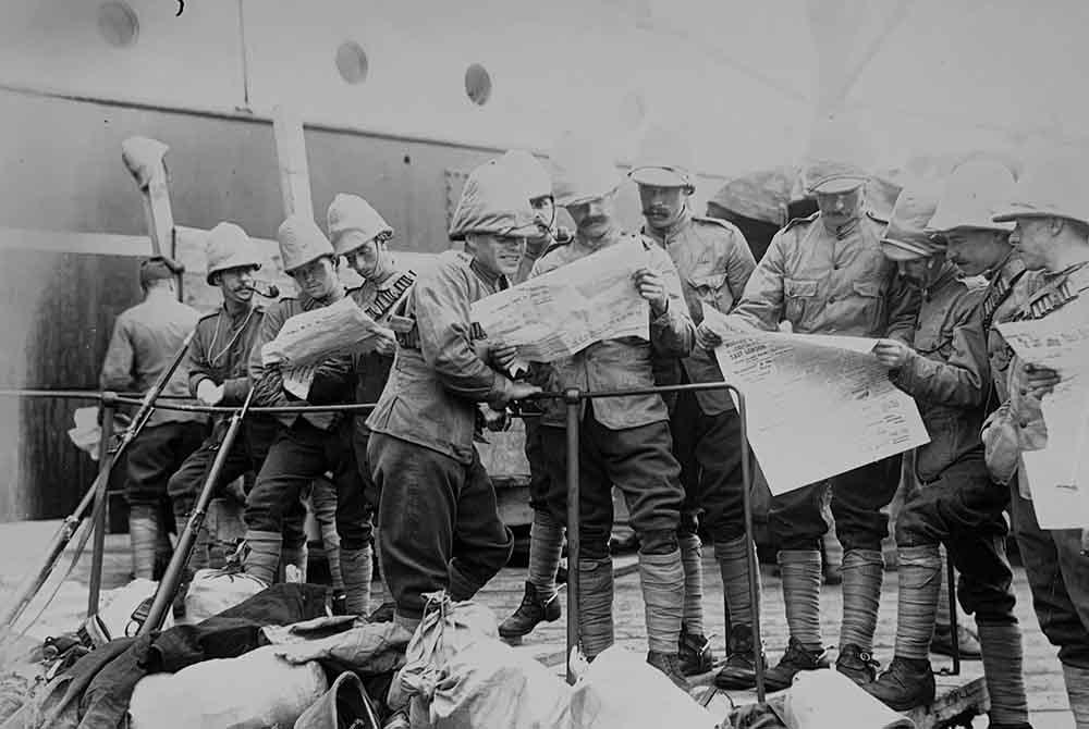 SoldiersreadingnewspapersatEastLondonlr.jpg